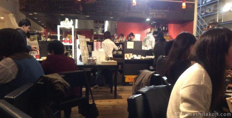 会話が多いカフェ店内の写真